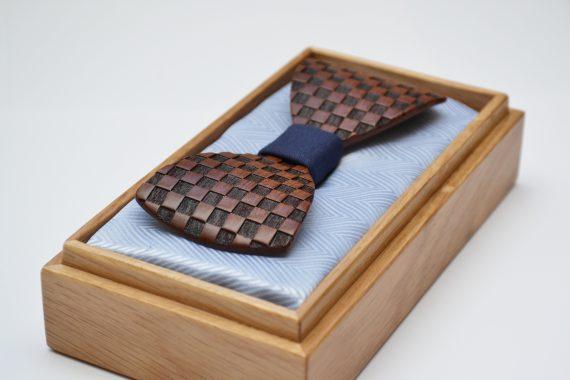 Drevený motýlik tvarovaný - mahagón šachovnica