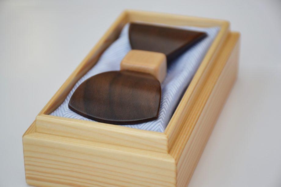 Drevený motýlik tvarovaný special - orech
