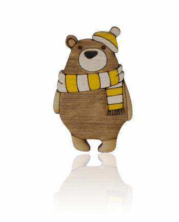 Drevená maľovaná brošňa - Medveď so žltým šálom