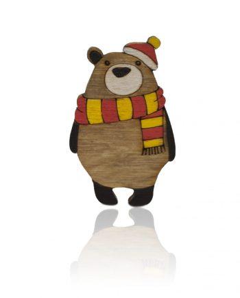 Drevená maľovaná brošňa - Medveď s farebným šálom