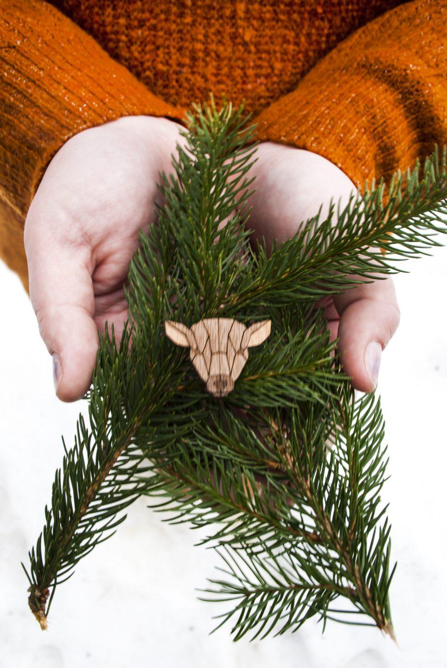 Drevená brošňa - Laň