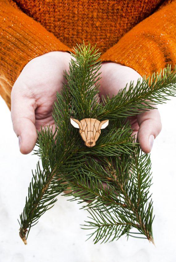 Drevená brošňa - Laň Pale