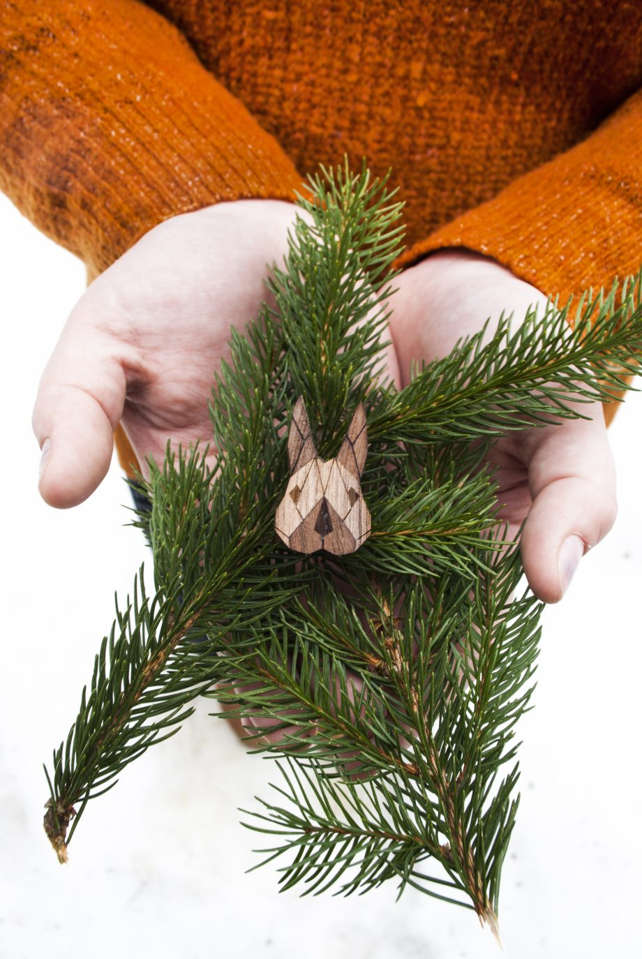 Drevená brošňa - Zajac Dark